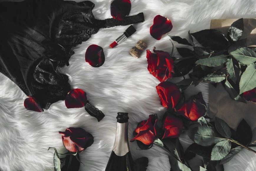 Pleasure zone_1 romantic-roses-champaign-lingerie_925x